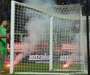 Varias bengalas impactaron contra el terreno de juego en el partido entre Italia y Albania. Foto tomada de peru.com.