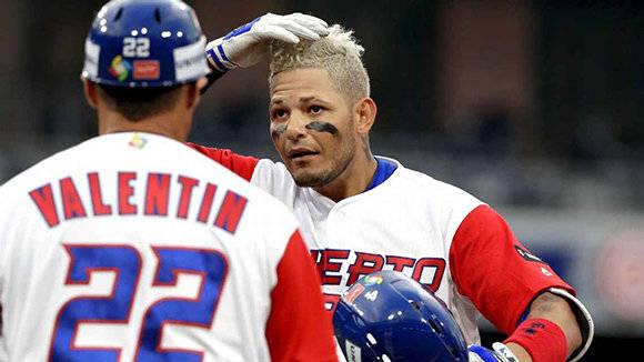 Yadier Molina es el capitán y alma del equipo, y como es natural, siempre da el ejemplo y por eso también se tiñó de rubio. Foto: Gregory Bull/ AP.