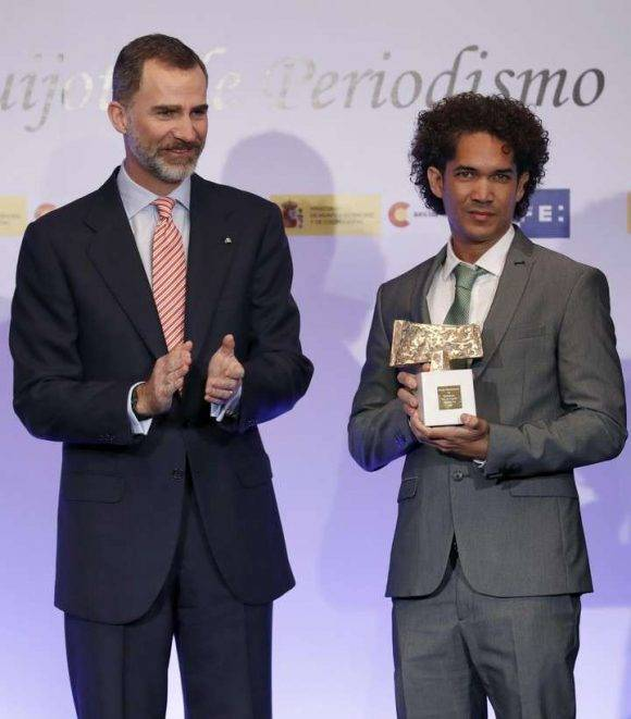 Yander-Zamora-recibe-el-premio-Rey-de-Espa%C3%B1a-1-580x661.jpg