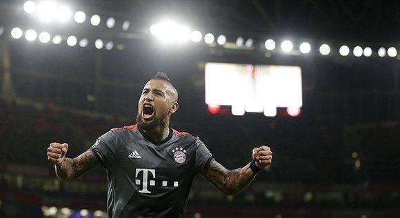 Arturo Vidal marcó un doblete en la goleada del Bayern ante el Arsenal. Foto: AP.