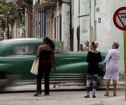 """""""Después que se tomó la medida, hace tres semanas, los almendrones hacen igual que los taxis estatales, no paran"""". Foto: Ismael Francisco/ Cubadebate."""