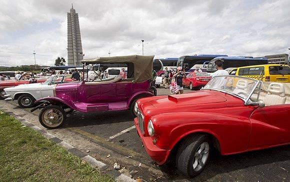 Con el aumento del turismo en Cuba, muchos boteros han arreglado el carro para dedicarse a transportar extranjeros. Foto: Ismael Francisco/ Cubadebate.