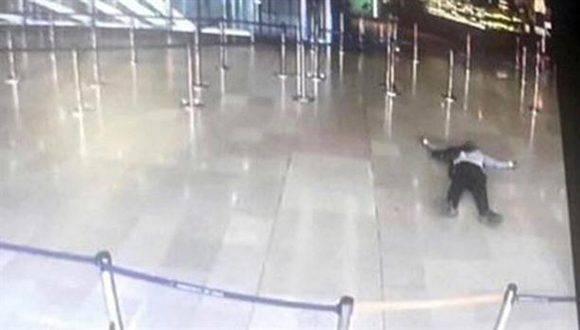 Una cámara de seguridad del aeropuerto de París-Orly registró al hombre baleado tras intentar sacarle el arma a una soldado. Foto: AFP.
