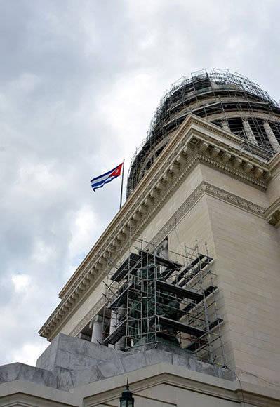 La bandera cubana ya ondea en el Capitolio Nacional