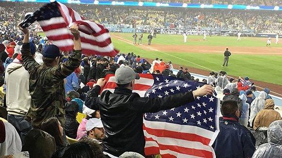 Aficionados celebran en las gradas del Dodgers Stadium. Foto: @WBCBaseball/ Twitter.