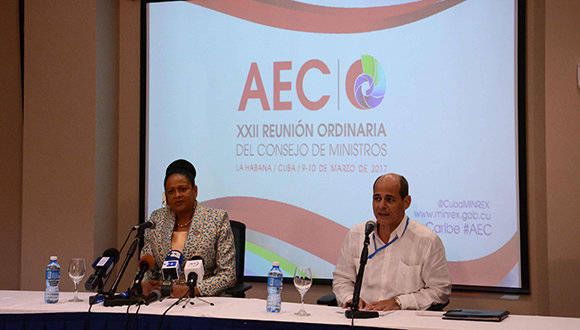 Rogelio Sierra Díaz (D), Viceministro de Relaciones Exteriores (Minrex), y la Dra. June Soomer (I), Secretaria General de la Asociación de Estados del Caribe (AEC), durante la conferencia de prensa al término de la XXII Reunión Ordinaria del Consejo de Ministros de la Asociación de Estados del Caribe (AEC), en el Hotel Habana Libre, en La Habana, Cuba, el 10 de marzo de 2017.      ACN  FOTO/ Abel PADRÓN PADILLA/ rrcc