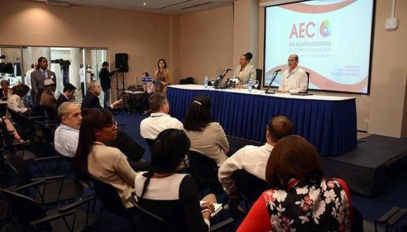 Rogelio Sierra Díaz (D), Viceministro de Relaciones Exteriores (Minrex), y la Dra. June Soomer (centro der.), Secretaria General de la Asociación de Estados del Caribe (AEC), durante la conferencia de prensa al término de la XXII Reunión Ordinaria del Consejo de Ministros de la Asociación de Estados del Caribe (AEC), en el Hotel Habana Libre, en La Habana, Cuba, el 10 de marzo de 2017. ACN FOTO/ Abel PADRÓN PADILLA/ rrcc