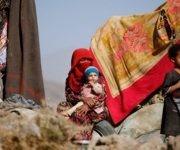 Una mujer con sus hijos en un campamento para desplazados cerca de Sanaa, la capital de Yemen. REUTERS/Khaled Abdullah