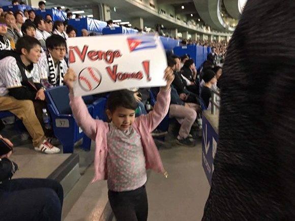 """""""¡Vamos Cuba!"""" dice el carte que sostiene esta pequeña. Foto: Carlos Miguel Pereira Hernández/ Facebook."""