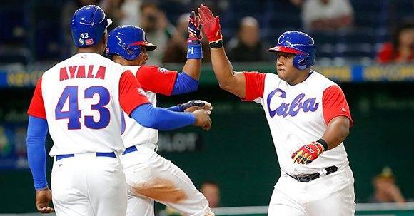 Ayala y Roel festejan junto a Despaigne el gran slam que dio el pase a la siguiente ronda del Clásico Mundial. Foto: @WBCBaseball/ Twitter.