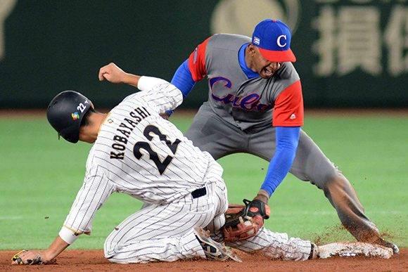 El pelotero Alexander Ayala, del equipo Cuba, jugada en segunda base, en el primer juego frente a la selección de Japón, del Grupo B del IV Clásico Mundial de Béisbol, en el estadio Tokio Dome, de la capital de Japón, el 7 de marzo de 2017. ACN FOTO/Ricardo LÓPEZ HEVIA/Periódico Granma/sdl