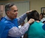 El Dr. Daniel Truong, Presidente del Instituto de Parkinson y Desórdenes del Movimiento, realiza reconocimiento de paciente con temblor distónico de consulta externa, en el Centro Internacional de Restauración Neurológica (CIREN), en La Habana, el 17 de marzo de 2017.  ACN  FOTO/Diana Inés RODRÍGUEZ RODRÍGUEZ/sdl