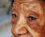 Los surcos en el rostro quizás disimulen su longevidad. No son tantas sus arrugas como pudiera esperarse para alguien que ha sobrepasado un siglo, una quincena y año de vida. Foto: Darío Gabriel Sánchez García/Cubadebate.