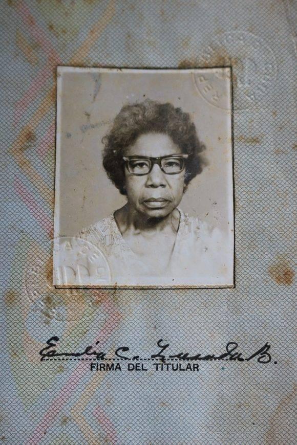María Emilia apenas conserva fotos de su juventud. Unos de los pocos registros gráficos con los que cuenta la familia es la fotografía de su carnet de identidad de la centenaria. Foto: Darío Gabriel Sánchez García/Cubadebate.