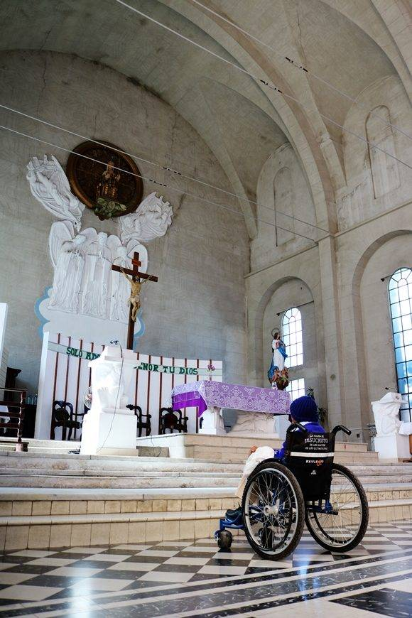 Devota hasta la médula, todos los martes y viernes acude a la Iglesia Nuestra Señora de Monserrat, su templo espiritual. Foto: Darío Gabriel Sánchez García/Cubadebate.