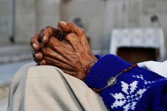 Siempre dedica unos primeros momentos al rezo, un momento íntimo para conectar con el Señor, y pedirle salud y bienestar para sus familiares y amigos. Foto: Darío Gabriel Sánchez García/Cubadebate.