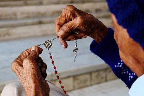 Después de un rato acompañándola nos despedimos. Ella decide quedarse un tiempo más, contando las cuentas de su rosario. Foto: Darío Gabriel Sánchez García/Cubadebate.