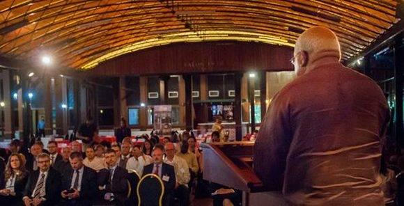 Orlando Hernández Guillén (D), Presidente de la Cámara de Comercio de la República de Cuba, durante su intervención en el Foro de Negocios Cuba-República Checa, en el Hotel Nacional. Foto: Diana Inés RODRÍGUEZ RODRÍGUEZ/ ACN.