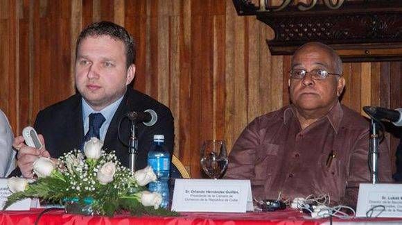 Marian Jurecka (I), Ministro de Agricultura de la República Checam y Orlando Hernández Guillén, Presidente de la Cámara de Comercio de la República de Cuba, en el Foro de Negocios Cuba-República Checa, en el Hotel Nacional, en la Habana.  Foto: Diana Inés RODRÍGUEZ RODRÍGUEZ/ ACN