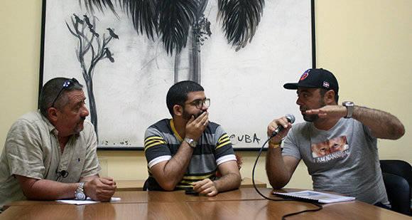 Javier Méndez (izq.) y Michel Contreras (der.) debaten sobre el IV Clásico Mundial de Béisbol, con Aynel Martínez moderador. Foto: José Raúl Concepción/ Cubadebate.