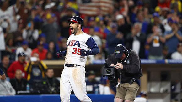 Con el juego empatado a dos, el inicialista Eric Hosmer pegó un cuadrangular que fe decisivo. Foto: @MLB/ Twitter.