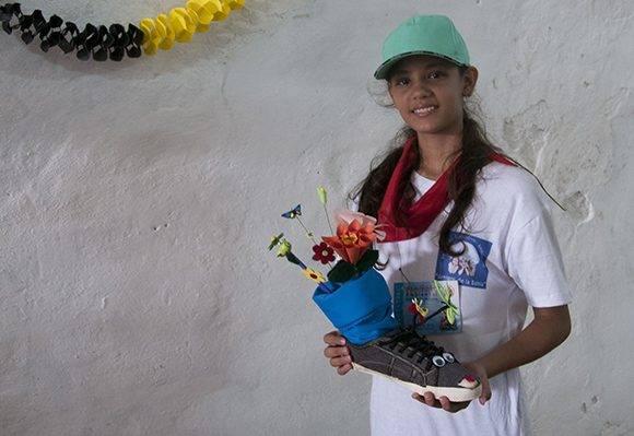 Esta niña rescató un viejo zapato de la Bahía y lo convirtió en un objeto utilitario. Foto: Ladyrene Pérez/ Cubadebate.