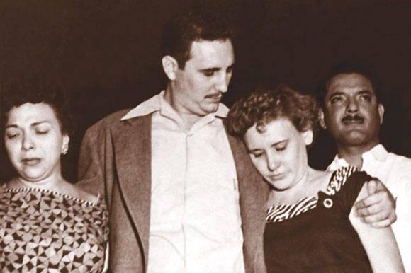 """Instante en que sale del Reclusorio Nacional para Hombres de Isla de Pinos, acompañado por las combatientes Melba Hernández y Haydeé Santamaría. Tomado de Libro: """"Fidel Castro Guerrillero del Tiempo"""" / Fidel Soldado de las Ideas, 15/05/1955."""