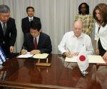 Kentaro Sonoura, ministro de Estado para Asuntos Exteriores de Japón y el titular cubano del MINCEX, Rodrigo Malmierca Díaz rubricaron los documentos. Foto: Jose M. Correa.