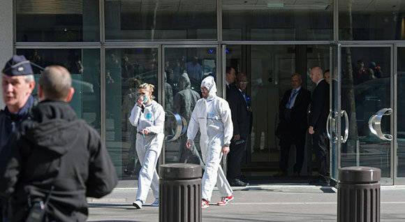 Miembros del equipo forense de la Policía salen de las oficinas de París del Fondo Monetario Internacional. Foto: AFP