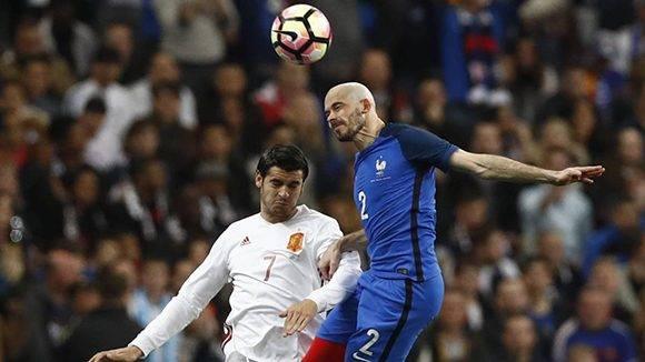 Morata (izq) y Jallet disputan un balón. Foto: Gonzalo Fuentes/ Reuters.