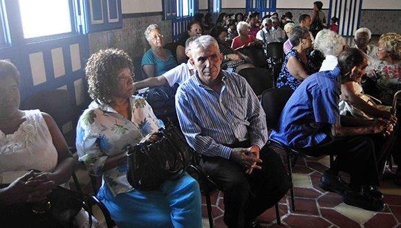 La poetisa Nancy Morejón, Premio Nacional de Literatura, asiste junto a autoridades y otras personalidades a la ceremonia. Foto: ACN.