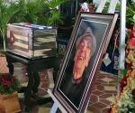 """En una urna construída con madera de majagua azul y ácana, son velados los restos mortales de Luis Mariano Carbonell Pullés, """"El Acuarelista de la Poesía Antillana"""", en el Salón de la Ciudad de Santiago de Cuba, el 27 de marzo de 2017. Foto: ACN."""