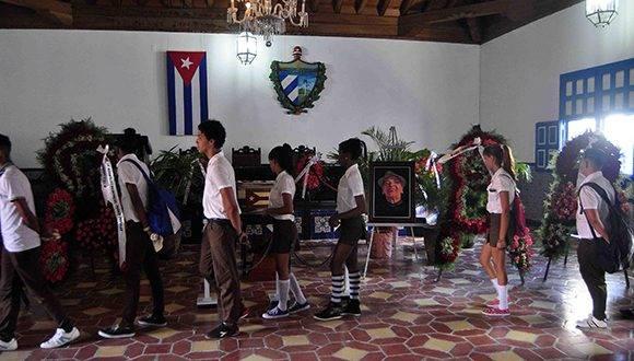 Estudiantes santiagueros rinden tributo al Acuarelista de la Poesía Antillana, en el Salón de la Ciudad de Santiago de Cuba. Foto: ACN.