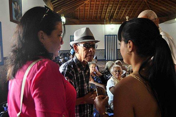 """Familiares de Luis Mariano Carbonell Pullés, """"El Acuarelista de la Poesía Antillana"""", en el Salón de la Ciudad de Santiago de Cuba. Foto: ACN."""