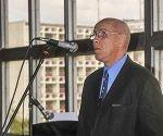 El periodista y crítico de arte Joaquín Borges-Triana (C),  agradece tras recibir el Premio de Periodismo Cultural José Antonio Fernández de Castro 2016, que otorga el Ministerio de Cultura  por la obra de toda la vida, en acto efectuado en el  Piano Bar Delirio Habanero, en La Habana, Cuba, el 16 de marzo de 2017.  ACN FOTO/Oriol de la Cruz ATENCIO/sdl