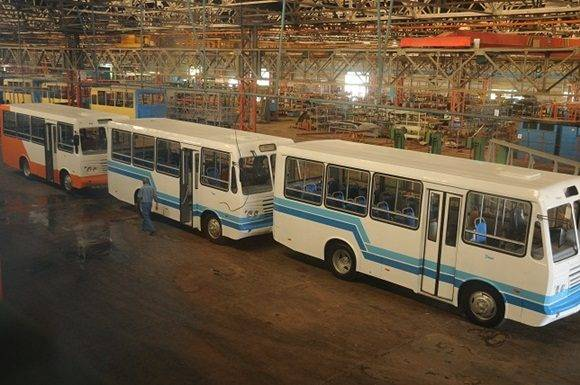 Ómnibus terminados, listos para entregar a los clientes / Foto: Otoniel Márquez