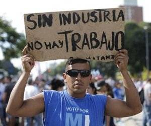 Uno de los participantes en la marcha que se llevó a cabo en Buenos Aires contra las políticas económicas del mandatario Mauricio Macri