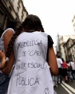 Una niña porta un cartel en la espalda durante una protesta en Buenos Aires, Argentina. Foto: REUTERS / Marcos Brindicci