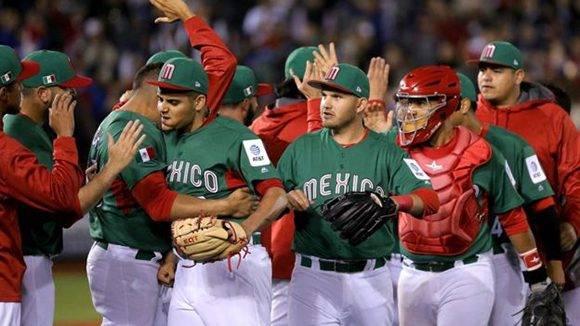México celebró en el campo su victoria, pues los organizadores anunciaron que le bastaba para ir al partido de desempate ante Italia. Foto: EPA.