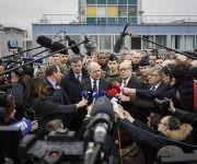 Los ministros franceses de Interior, Bruno le Roux, y de Defensa, Jean-Yves le Drian, fueron los encargados de hablar con la prensa en el aeropuerto. Foto: AP.