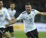 Lukas Podolski celebra su golazo a Inglaterra. Foto: AP.