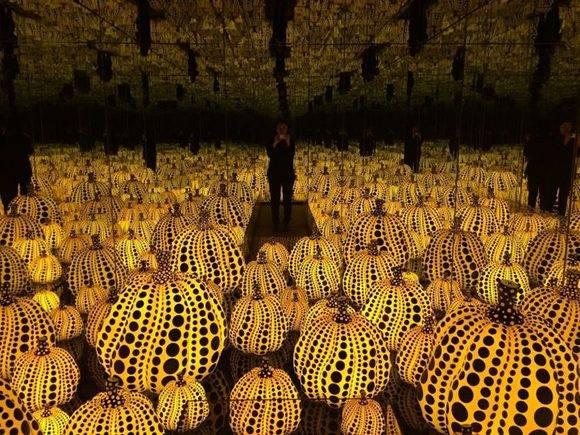 """Infinity Mirrored Room — All the Eternal Love I have for the Pumpkins"", obra de la artista japonesa Yayoi Kusama. Foto: Instagram."
