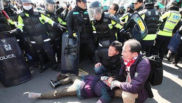 Una mujer permanece en el suelo durante la protesta en Seúl. Foto: Reuters.