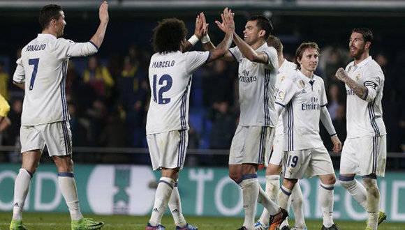 Los jugadores del Real Madrid celebran la victoria frente al Villarreal, tras el partido de la vigésimo cuarta jornada de Liga que se disputó esta noche en el estadio de El Madrigal, en Villarreal. EFE/Miguel Angel Polo