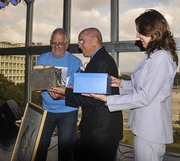 El periodista y crítico de arte Joaquín Borges-Triana (C), recibió el Premio de Periodismo Cultural José Antonio Fernández de Castro 2016, que otorga el Ministerio de Cultura por la obra de toda la vida, en acto efectuado en el Piano Bar Delirio Habanero, en La Habana, Cuba, el 16 de marzo de 2017. ACN FOTO/Oriol de la Cruz ATENCIO/sdl
