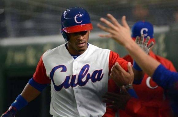 Roel Santos, el primer bate, tiene de 5-3 en el juego con doble y triple. Foto: Ricardo López Hevia/ Granma.