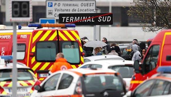 La terminal sur de París-Orly fue evacuada y el tránsito aéreo fue interrumpido. Foto: AFP.
