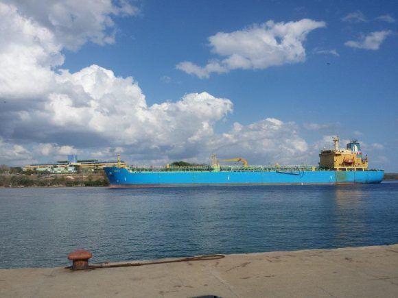 Entrada de la Bahía de Cienfuegos, detrás el Hotel Pasacaballos. Foto: Freddy Calienes / Cubbadebate
