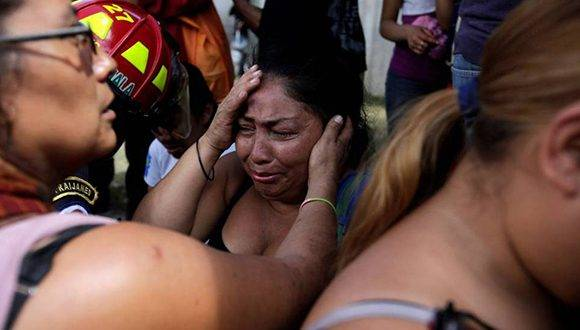 Familiares de las víctimas del incendio en el centro de menores de San José Pinula, Guatemala. Foto: Reuters.