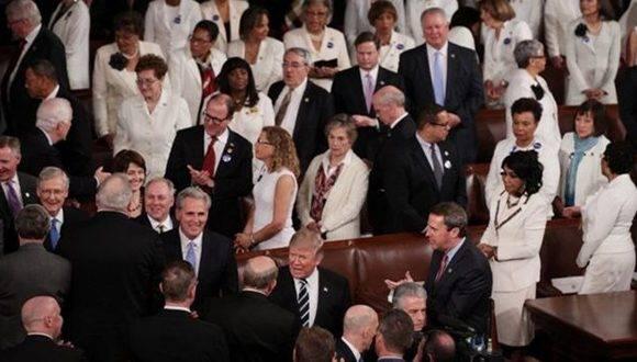 Las mujeres de la bancada demócrata asistieron vestidas de blanco. Foto: Getty Images.